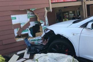 Un posesor de Tesla Model X afirmă că automobilul pe care îl conducea a luat viteză brusc şi a lovit o clădire în mod autonom