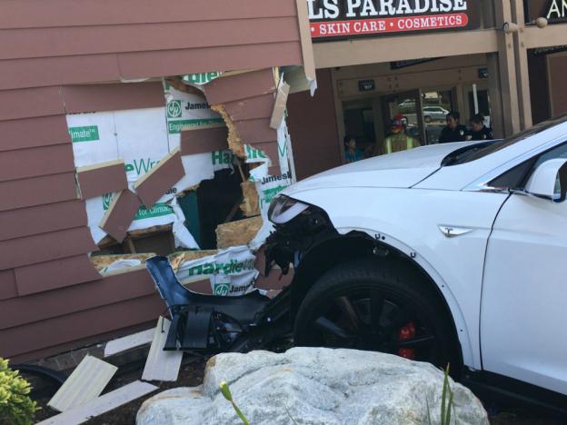 tesla-model-x-parking-crash-2