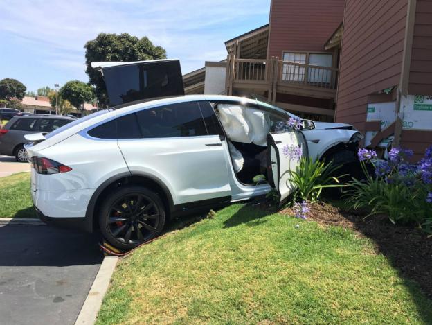 tesla-model-x-parking-crash-3