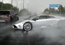 Un posesor de Lamborghini Murcielago cromat are o zi foarte proastă în Rusia; Iată un accident pe ploaie (Video)