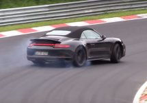 Noul Porsche 911 Carrera GTS Cabriolet este surprins la Nurbugring într-o sesiune de drifting