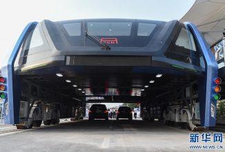 Un autobuz cum nu s-a mai văzut; Chinezii prezintă un autobuz de 300 de persoane care permite mașinilor să treacă pe sub el