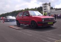 Audi R8 V10 și alți bolizi sunt umiliți de acest Volkswagen Gold Mk. II într-o cursa în linie dreaptă (Video)