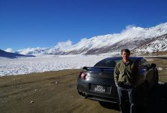 Un șofer ambițios a condus la altitudini de peste 5.000 de metri spre baza Everest în al său Nissan GTR