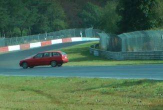 O maşinuţă de familie cu un bătrânel la volan face o rotire spectaculoasă la Nurburgring, dar şoferul îşi păstrează sângele rece (Video)