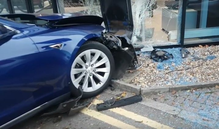 tesla-model-s-has-airborne-crash-in-the-uk-flies-into-mercedes-benz-dealership_7