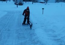Ţi-e frică de hoverboard şi potenţialul său exploziv? Iată o utilizare iernatică excelentă: e perfect pentru a curăţa zăpada! (Video)