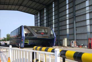 Revoluţionarul autobuz chinezesc care rulează deasupra traficului ar zace abandonat în zona de teste; Proiectul e anulat?