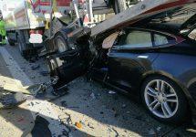 Şoferul unui Tesla Model S scapă nevătămat, după o ciocnire foarte violentă cu un camion pe Autobahn