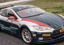 Tesla Model S devine o maşină veritabilă de curse, după modificări ce includ un eleron uriaş, peste 700 cai putere
