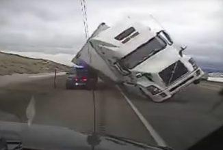 Clipul zilei: un camion cu trailer e răsturnat de vânt fix peste o maşină a poliţiei (Video)