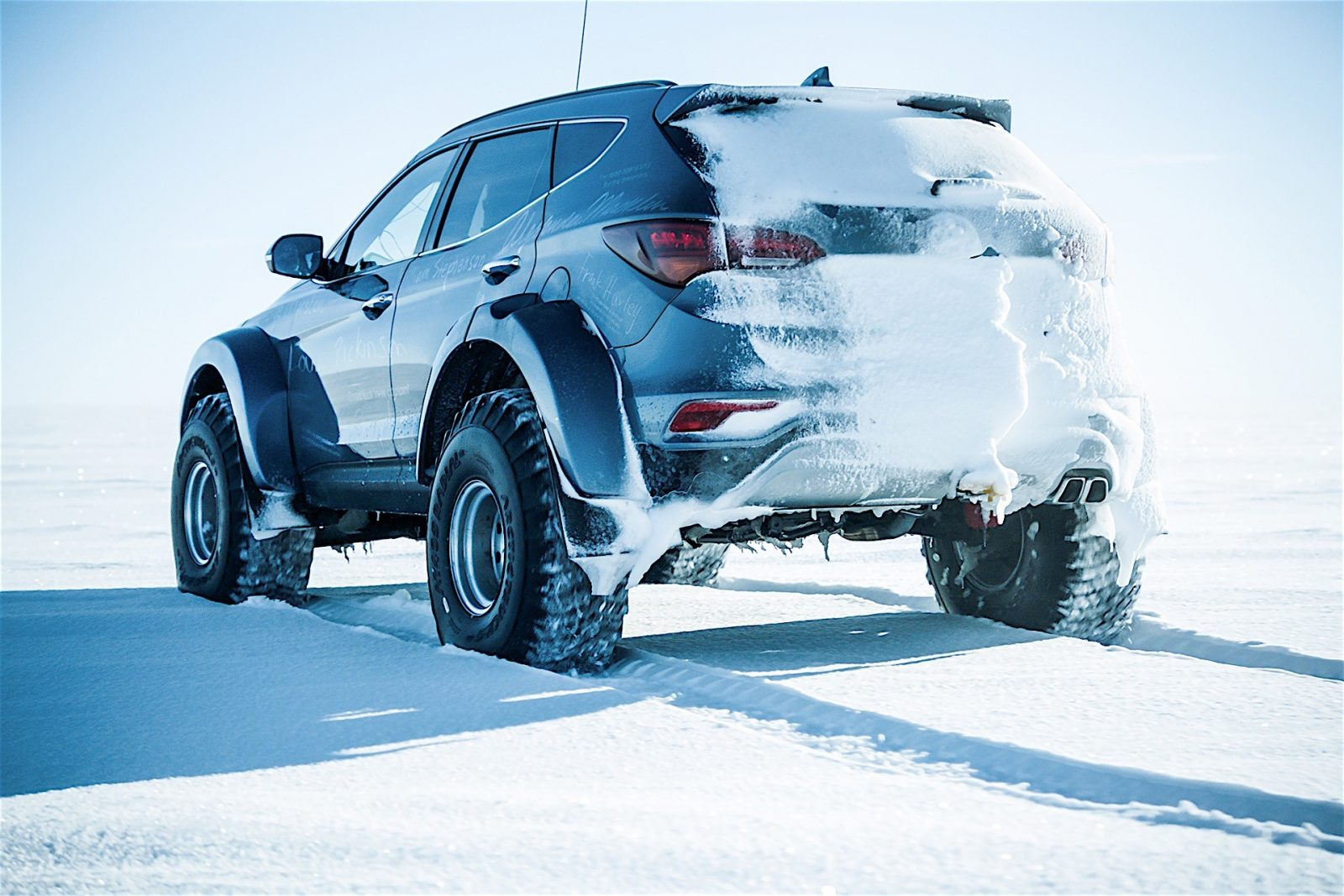 hyundai-santa-fe-conquers-the-antarctic-driven-by-great-grandson-of-sir-ernest-s_11