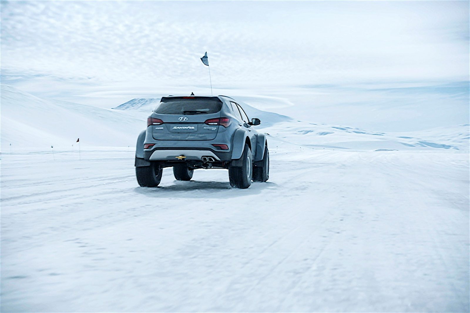 hyundai-santa-fe-conquers-the-antarctic-driven-by-great-grandson-of-sir-ernest-s_2