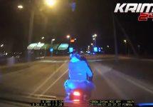 Un motociclist urmărit de poliţie e dat pe jos în Estonia în clipul viral al zilei (Video)