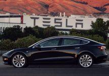 Elon Musk prezintă prima unitate Tesla Model 3 ieșită de pe linia de producție! Va ajunge în garajul său aparent!