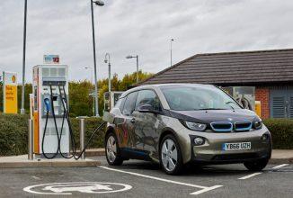 Încărcătoarele pentru maşinile electrice devin obligatorii de amplasat la benzinării în Marea Britanie