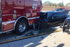 Tesla Autopilot o comite din nou: un automobil Tesla intră cu 100 km/h într-o maşină de pompieri